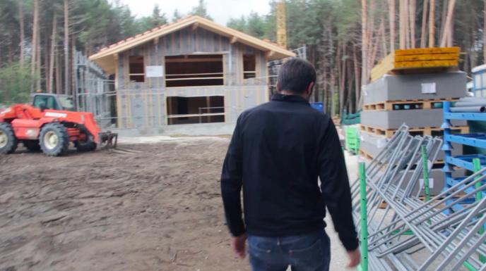 Des maisons en bois s'exposent dans le Verdon