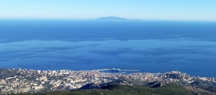 Bastia e l'isola di Elba all'orizzonte