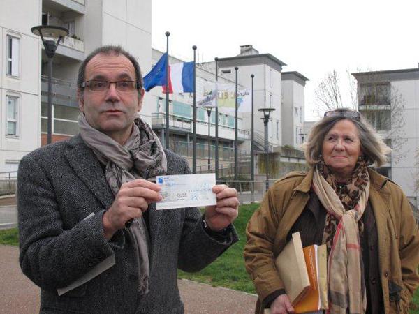 J'ai remis à la mairie un chèque d'un euro, prix de l'honneur bafoué de MAJ, sous l'oeil de la chef de file de l'opposition rolivaloise, Mme CASCAJARES, qui a également été l'objet de poursuites judiciaires