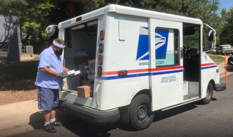 Suppression de crédits, désorganisation des services : Trump s'attaque au service postal pour saboter le vote par correspondance