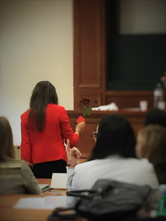 La déléguée de la Tunisie reçoit une rose d'un admirateur à l'ECOSOC. - Crédit Paul Facen