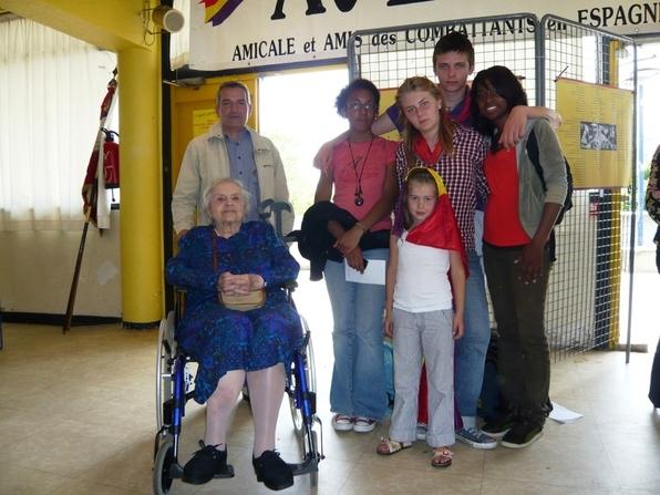 Lise LONDON accompagnée de Roberto LAMPLE, membre du bureau de l'ACER et entourée des jeunes Garibaldiens Olivia, Julie, Doudou, Salomé et Marília