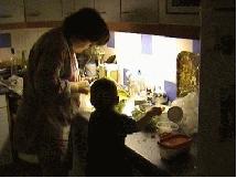 Cassandra 15 mois et moi en pleine cuisine....