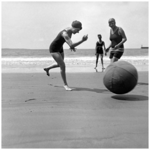 photo Jacques Henri Lartigue, Yvonne, Koko et Bibi. Royan, juillet 1924