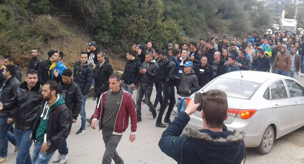 Le camion transportant le portrait de Ferhat Mehenni bloqué par la gendarmerie coloniale : marche improvisée (vidéo)